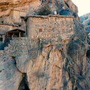 A 500-year-old town carved in a cliff thumbnail