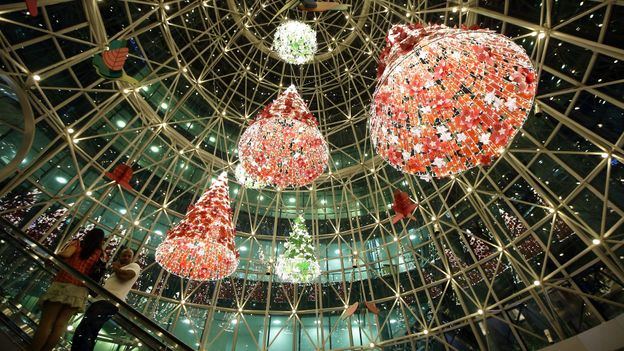 Holiday decorations inside a shopping mall along Orchard Road (Credit: Suhaimi Abdullah/Getty)