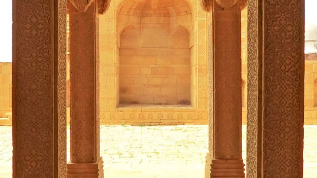 Carved pillars support the tomb of Isa Khan Tarkhan II (Credit: Urooj Qureshi)