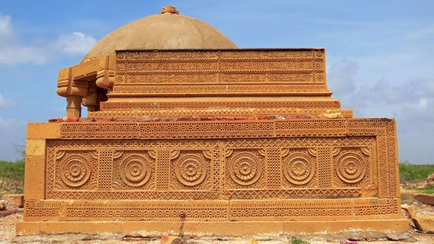 Gujrat-style relief work and Quranic verses adorn the surface a grave (Credit: Urooj Qureshi)