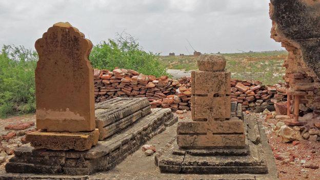 Graves on the edge of the Makli plateau (Credit: Urooj Qureshi)