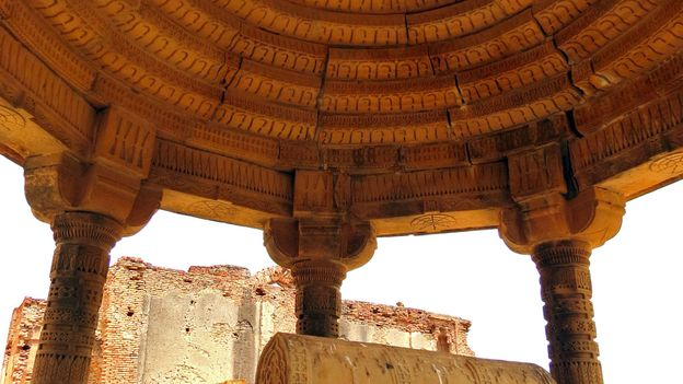A canopy shelters graves in the Samma cluster (Credit: Urooj Qureshi)