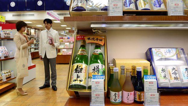 Shopping for sake (Credit: Yoshikazu Tsuno/AFP/Getty)