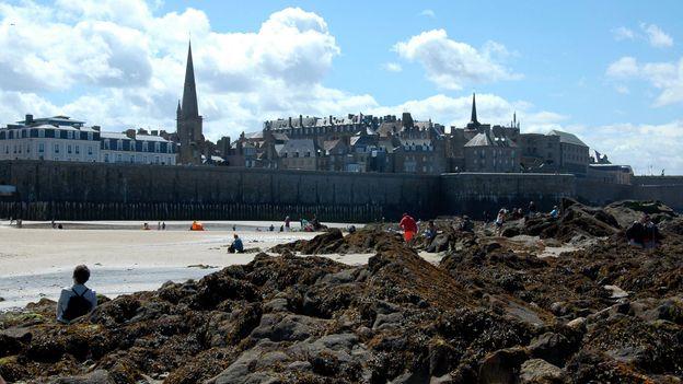 Saint-Malo at low tide (Credit: Hana Schank)