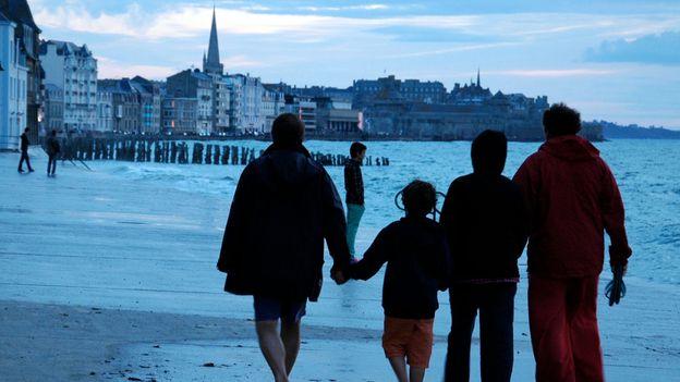 An evening stroll as the ocean returns (Credit: Hana Schank)