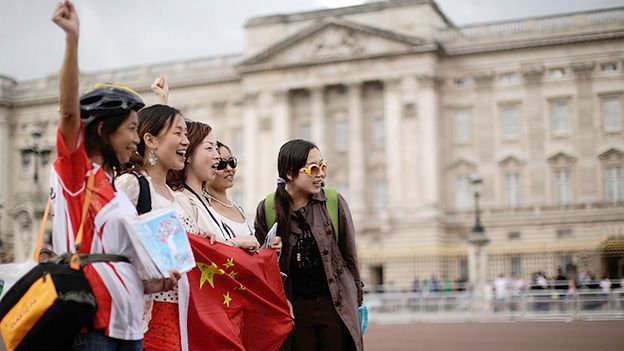 Chinese tourists outside Buckingham Palace, England (Credit: Getty)