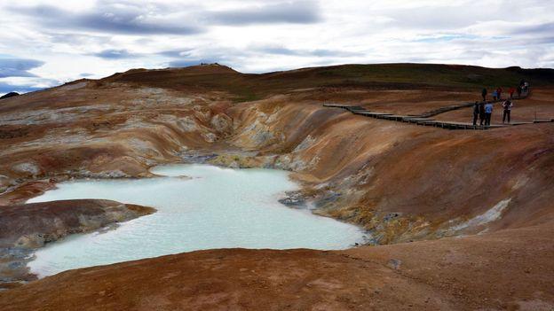 Jade-coloured mud pools near Leirhnjúkur crater (Credit: Anita Isalska)