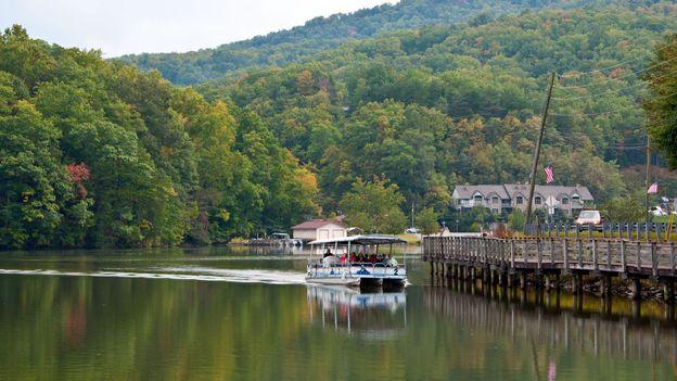 A Dirty Dancing tour boat on Lake Lure (Credit: Credit: Amanda Ruggeri)