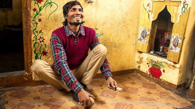 A joyful performer in Delhi's artist colony (Credit: Credit: Mariellen Ward)