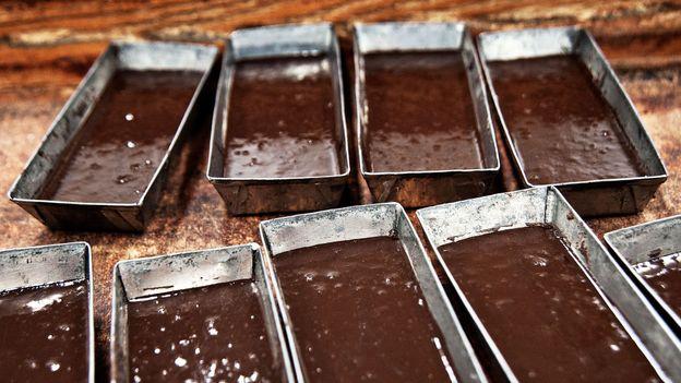 The chocolatiers mold bars of the Modica specialty (Credit: Credit: Antica Dolceria Bonajuto)