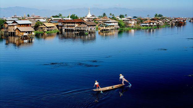 Traversing Myanmar's Inle Lake on one leg (Credit: Credit: Luca Tettoni/Alamy)