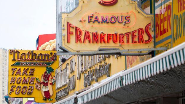 W 1916 r. Jeden z byłych pracowników Feltmana, Nathan Handwerker, otworzył własny sklep z hot dogami (Credit: Erica Schroeder / Alamy)