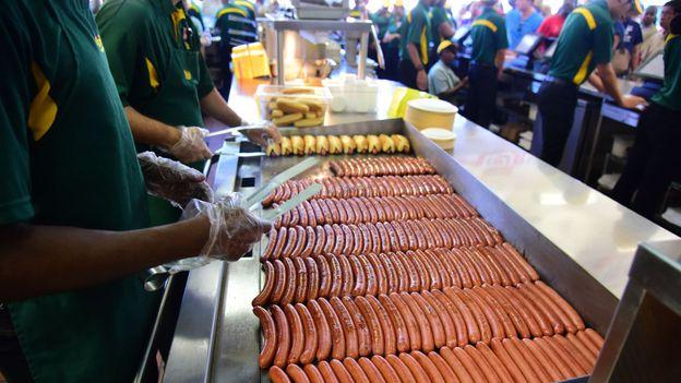 Kiedy Feltman został zamknięty w 1954 roku, Nathan's był jedynym hot dogiem, z którym można się liczyć na deptaku Coney Island (Credit: Credit: Pacific Press / Getty Images)