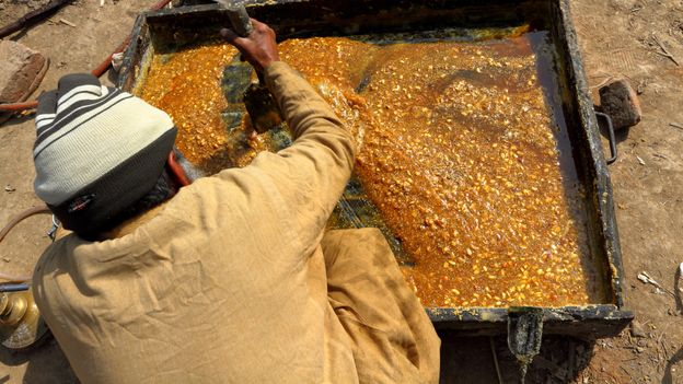 Jaggery is made by evaporating freshly pressed sugarcane juice (Credit: Credit: Amir Mukhtar/Getty Images)