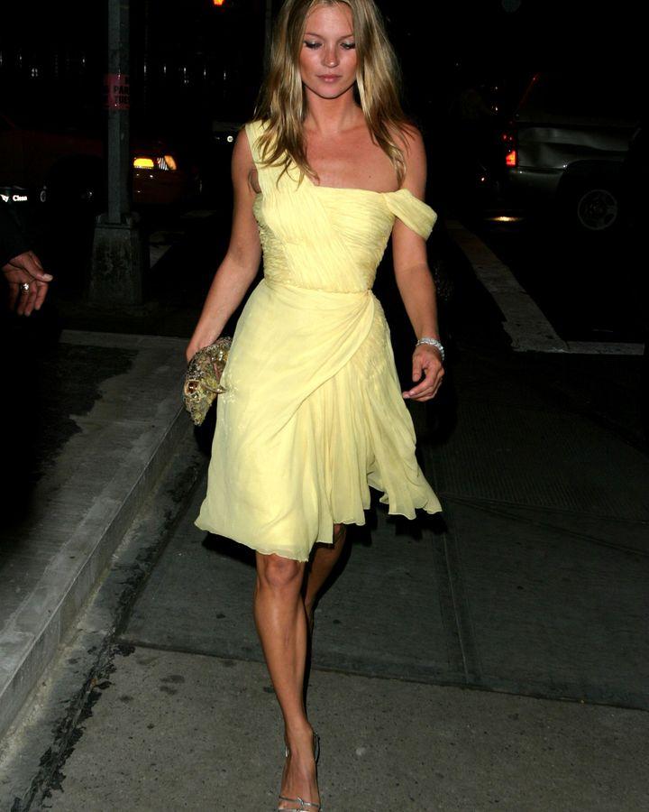 Hak atas foto Getty Images Kate Moss telah lama menjadi pendukung mode vintage, dan pada 2003 mengenakan gaun couture tahun 1950-an yang terkenal elegan.
