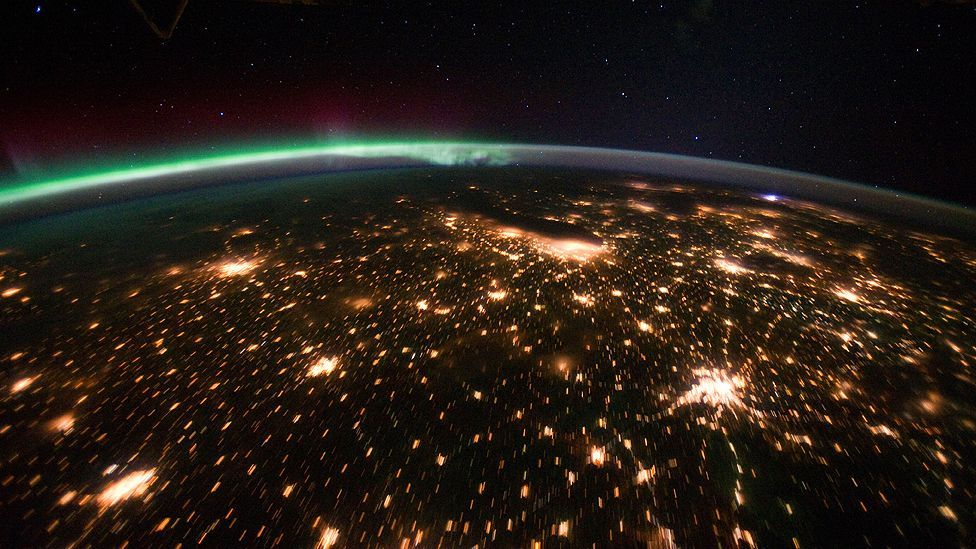 View of the Midwestern US with a display of the aurora borealis over Canada. The largest geomagnetic storm in decades caused a power blackout in Quebec in 1989. (Copyright: Nasa)