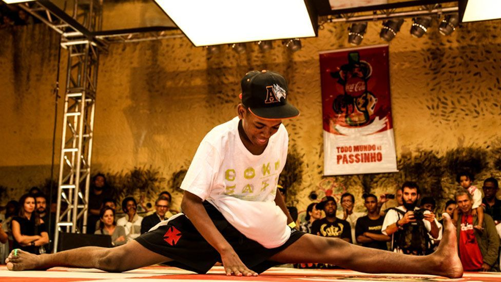 One of the dancers competing at the Vidigal favela shows off his flexibility. (Maria Buzanovsky)