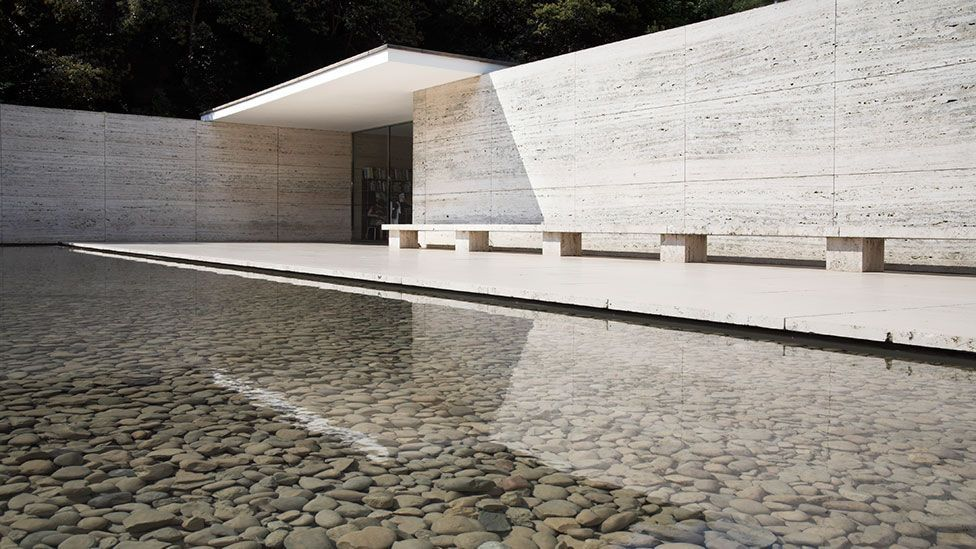 The building is made up of rich, varied materials – onyx, marble, chromed steel, travertine and glass.