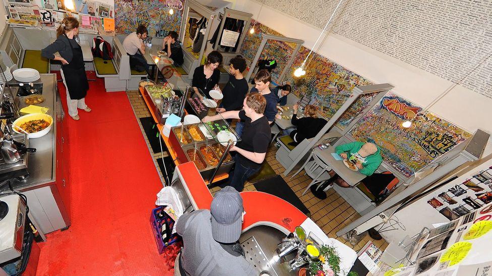About 500 customers a day come for the Pakistani buffet Der Wiener Deewan serves. (Courtesy: Sebastian Schoofs)