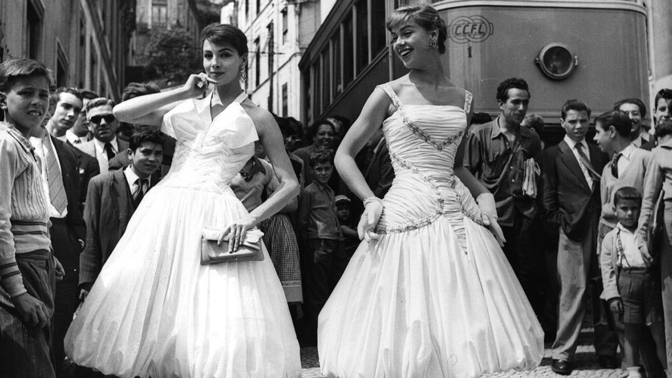 The dresses designed by Joel Veneziani in 1956 summed up the effortless glamour of the era. (courtesy the Art Archive, Mondadori Portfolio, Electa)