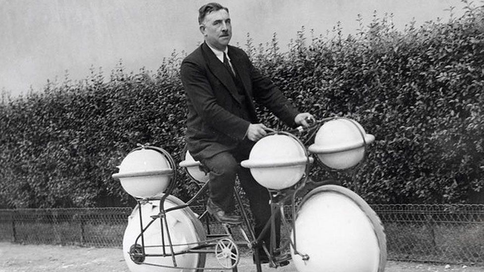 An 'amphibious' bicycle called the Cyclomer from 1932; probably not ideal if you're wearing a suit. (Wikimedia Commons)