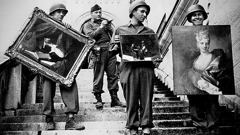 American GIs recover works of art stolen by the Nazis (NARA/Public Domain)