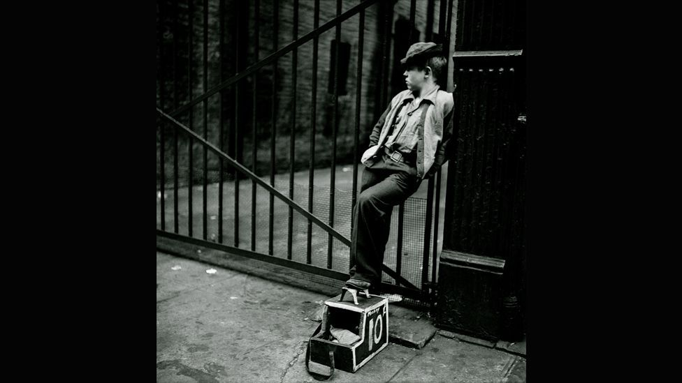 Shoe Shine Boy – Mickey with his shoe shine stand, 1947 (Museum of the City of New York/Geschenk von Cowles Communications, Inc/SK Film Archives, LLC)