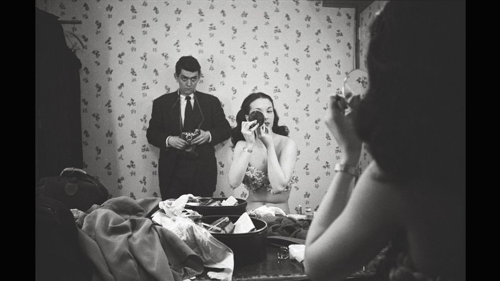 Showgirl – Kubrick photographing Rosemary Williams, 1949