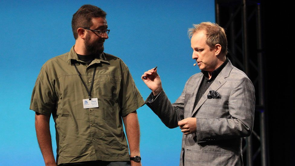 Stage pickpocket Apollo Robbins (right) bamboozles his victims to steal their possessions (Getty Images)