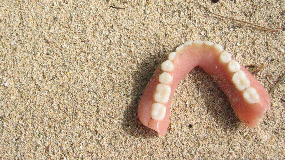 Dentures found on Roatan beach, Honduras (Thirteen Of Clubs/Flickr/CC BY-SA 2.0)