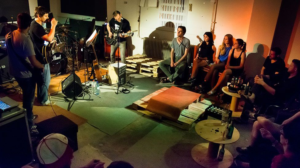 Cosy Concerts assembles audiences in intimate venues across Berlin (William Rockel/BBC)