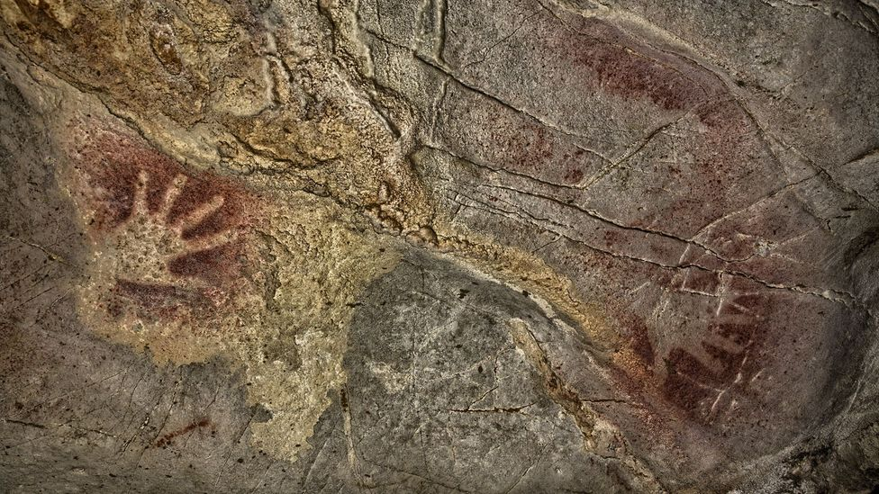 Detail of two hands. (S.RECD/Government of Cantabria)