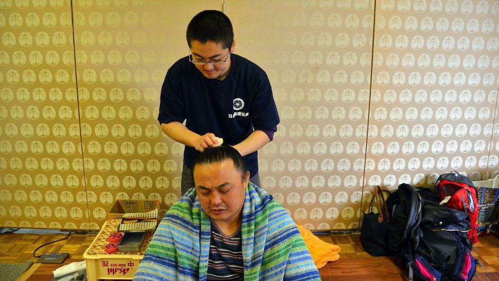 Tending to a sumo's top-knot (Credit: Matthew Bremner)