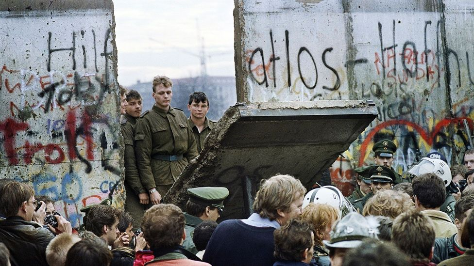 A crossing point opens in the Berlin Wall, November 1989 (Credit: Gerard Malie/AFP/Getty Images)