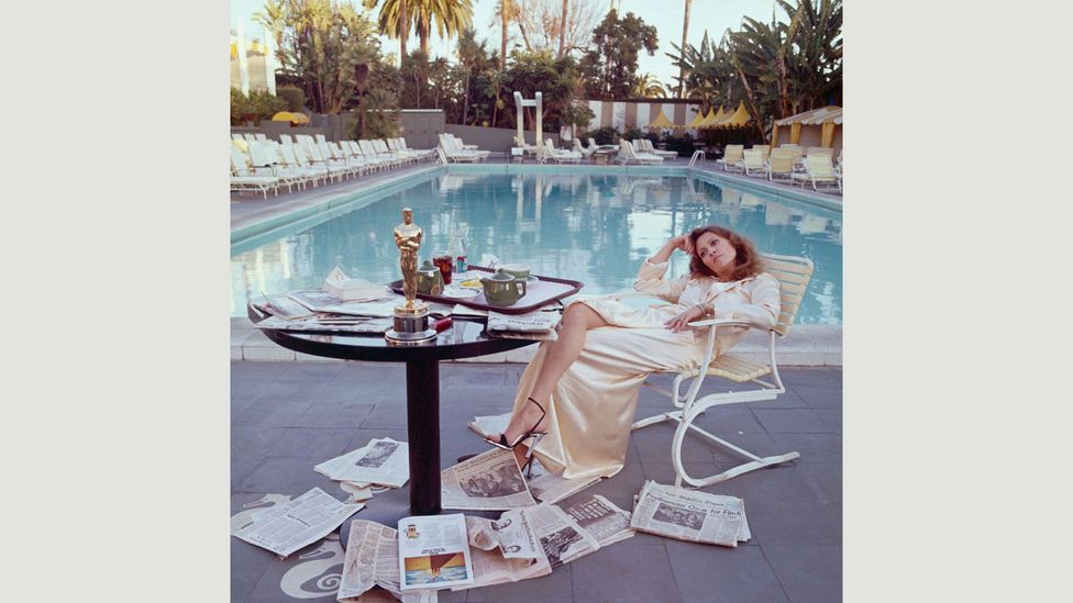 Terry O'Neill's 1977 photograph of Faye Dunaway with Oscar in hand by the pool of the Beverly Hills Hotel (Credit: Terry O'Neill/Getty Images)