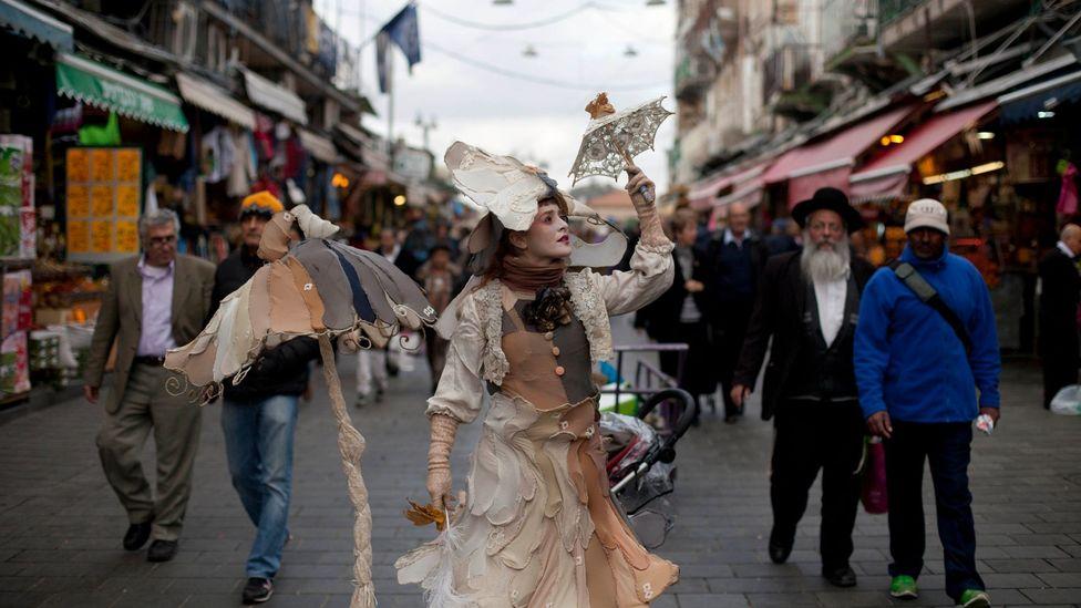 A street performance at Jerusalem's Mahane Yehuda market (Credit: Lior Mizrahi/Getty)