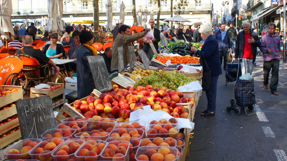 Shoppers peruse the beautiful produce at Carcassonne's market (Credit: Andy Mitchell/Carcassonne Market/Flickr/CC BY-SA 2.0)