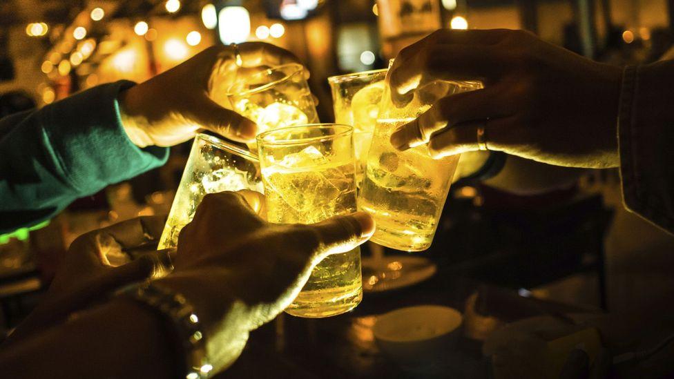 Vasos iluminados en un bar (Crédito: Thinkstock)