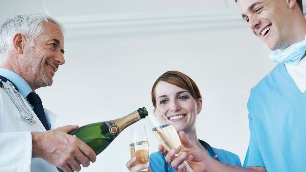 Un estudio de 1986 sobre los hábitos de bebida de los médicos varones encontró que cuanto más bebían, menor era la posibilidad de enfermedad de las arterias coronarias, pero ¿ofrecía una imagen precisa?  (Crédito: iStock)