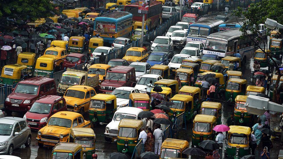 Rush hour traffic in Kolkata (Credit: Dibyangshu Sarkar/Getty)