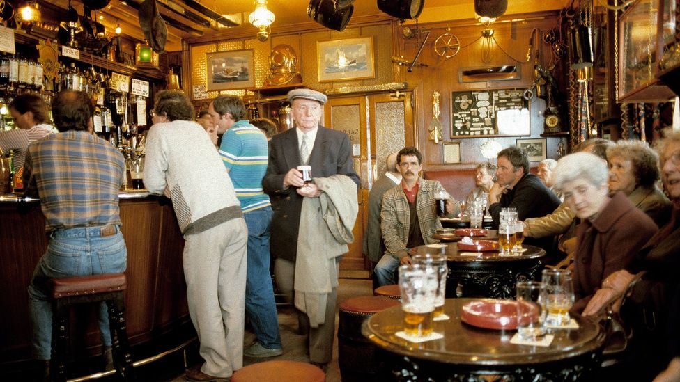 In this 1985 photograph, customers – mostly men – gather at a pub in Northumberland (Credit: David Davies/Alamy Stock Photo)