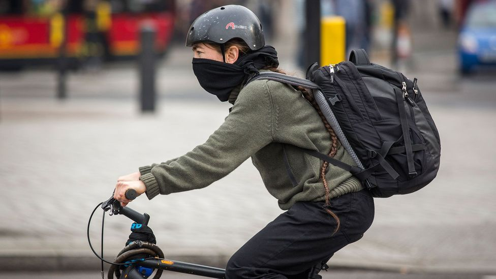 A cyclist bundles up against the smog in London in April 2014, one of the worst weeks for NO2 levels in the city last year (Credit: Rob Stothard/Getty Images)