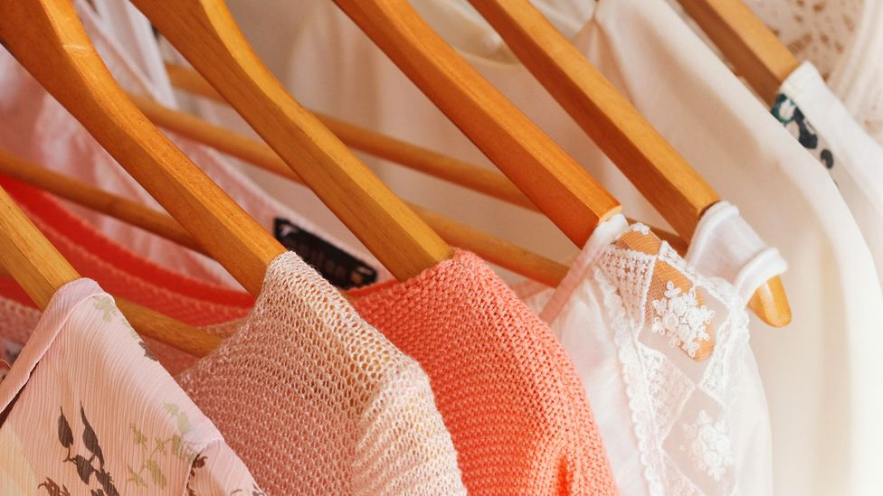 So-called capsule wardrobes contain key pieces you can mix and wear. They consist of as few as 10 pieces. (Credit: Alamy)
