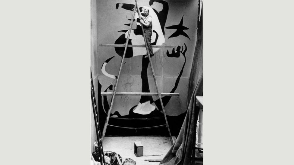 Joan Miró painting El Segador (The Reaper), a mural intended as an ephemeral work of propaganda, according to his grandson (Credit: Successió Miró Archives/Courtesy of Mayoral)