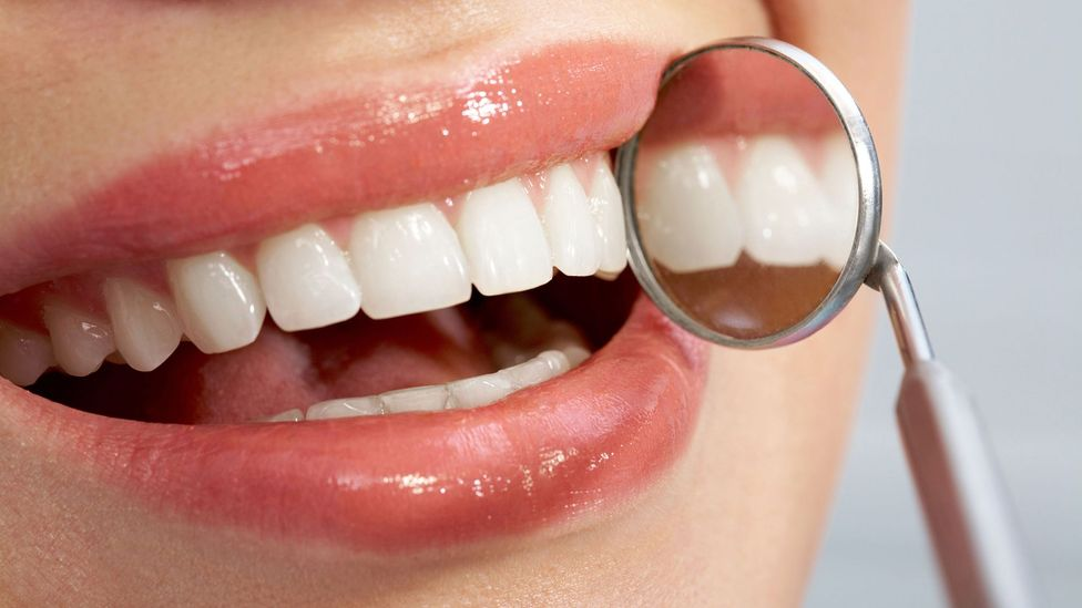 White teeth and mirror (Credit: Alamy)