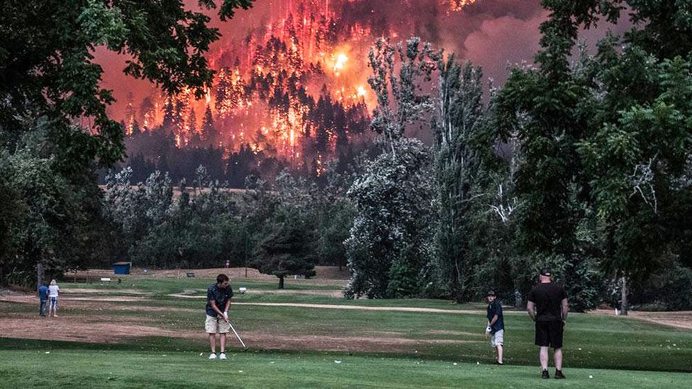 Beacon Rock Golf Course in Washington state shared this photo of golfers putting while a forest fire blazed in the background (Credit: Beacon Rock Golf Course/Facebook)
