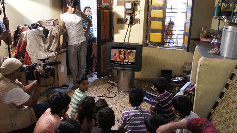 Kids watching a song, subtitled in Hindi, featuring the popular Bollywood actress Aishwarya Rai. (Credit: PlanetRead)