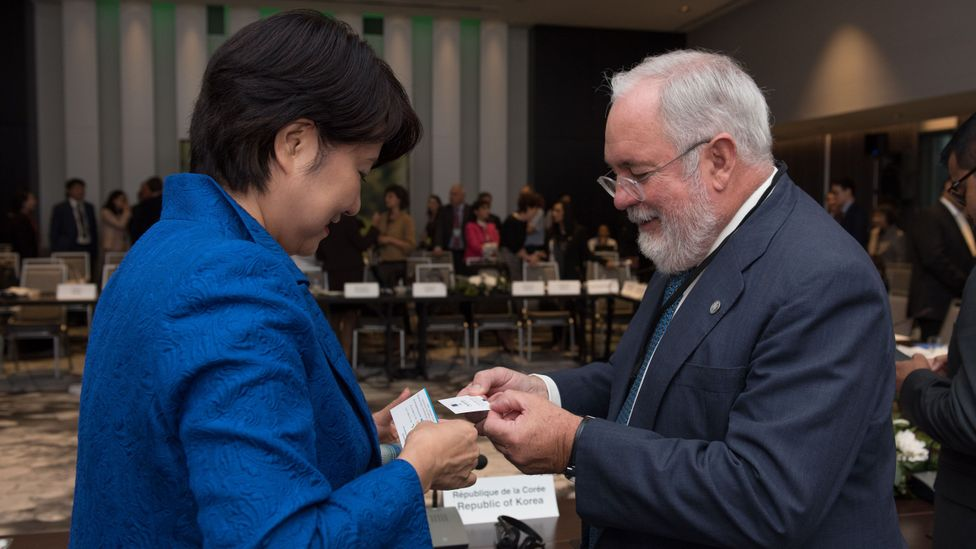 EU climate official Miguel Arias Canete exchanges business cards with Japan's State Minister of the Environment Naomi Tokashiki (Credit: Getty Images)