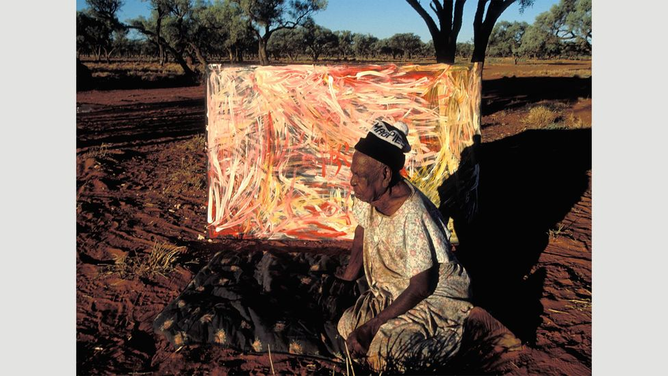 Emily Kame Kngwarreye with one of her paintings at Utopia cattle station in Central Australia (Credit: Alamy)