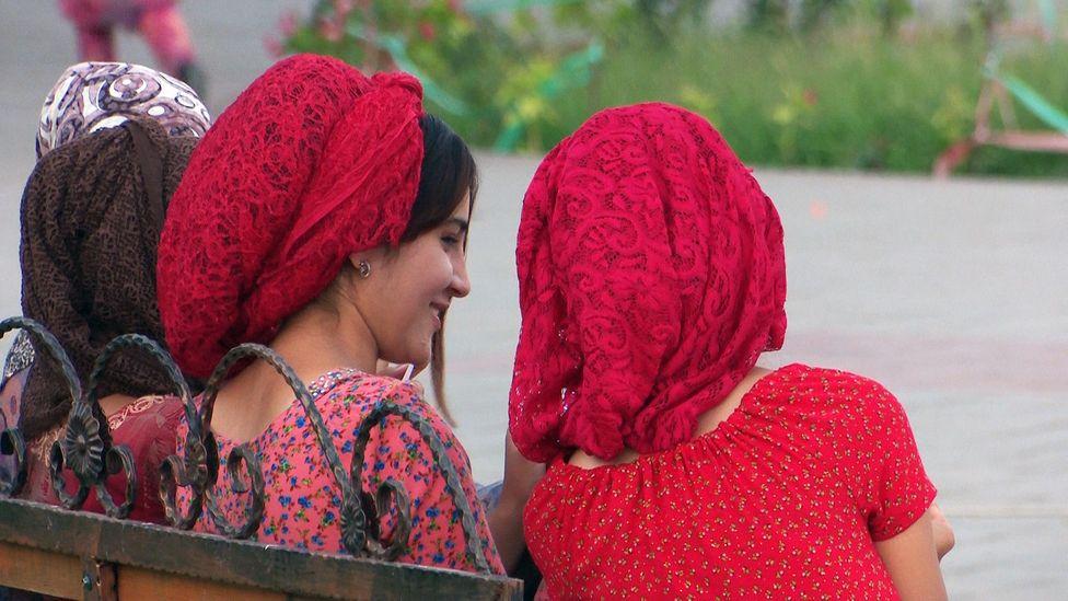 Girls sitting and talking on a bench in Tajikistan (Credit: Amanda Ruggeri)